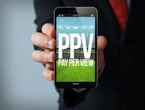 smartphone pay per view dell'uomo d'affari Immagine Stock Libera da Diritti