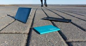 Smartphone perdido en una trayectoria foto de archivo
