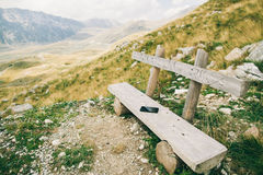 Smartphone Phablet στον ξύλινο πάγκο στα βουνά Στοκ φωτογραφία με δικαίωμα ελεύθερης χρήσης
