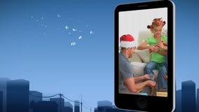 Smartphone pokazuje rodzinie odświętność boże narodzenia zbiory wideo