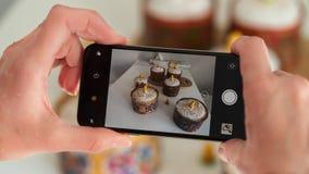 Smartphone prende le immagini di Pasqua sulla tavola fotografia stock libera da diritti