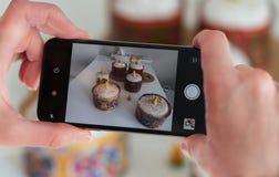 Smartphone prende le immagini di Pasqua sulla tavola immagini stock libere da diritti
