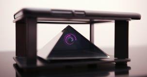 Smartphone progetta un ologramma della spirale di Digital per un prisma speciale che è su una Tabella dell'ologramma Prores 4K video d archivio