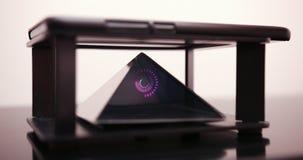 Smartphone progetta un ologramma della spirale di Digital per un prisma speciale che è su una Tabella dell'ologramma Prores 4K stock footage