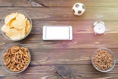 Smartphone, puces, réveil, BAL du football image stock