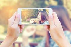 Smartphone que toma el desayuno adolescente de la consumición Imágenes de archivo libres de regalías