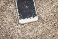 Smartphone quebrado caido en un piso concreto Fotografía de archivo libre de regalías