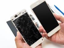 Smartphone quebrado do reparo no fundo branco imagens de stock royalty free