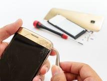 Smartphone quebrado do reparo no fundo branco foto de stock royalty free