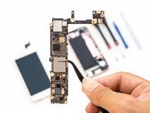 Smartphone quebrado do reparo no fundo branco imagens de stock