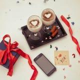 Smartphone raillent pour la Saint-Valentin avec des formes de coeur Vue f Photo stock