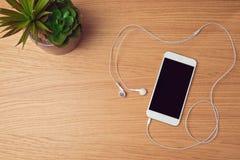 Smartphone raillent vers le haut du calibre pour la présentation de la musique APP Photographie stock