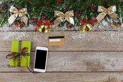 Smartphone, regalo di natale e carta di credito Fotografia Stock Libera da Diritti