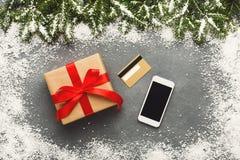 Smartphone, regalo di natale e carta di credito Fotografie Stock Libere da Diritti