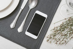 Smartphone restaurant Royalty Free Stock Photography