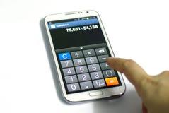 Smartphone räknemaskinfunktion med handen Arkivbilder