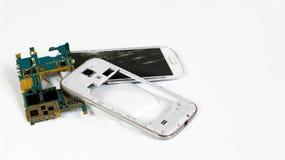 smartphone rozbrajający w częściach i tle strzępiącym, białym, zdjęcia royalty free