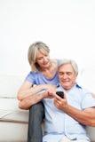 Smartphone sênior de explicação da mulher fotografia de stock royalty free