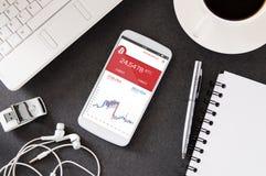 Smartphone s'étend sur le bureau avec l'application de forex photos libres de droits