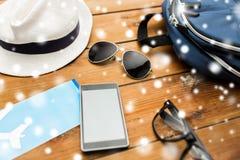 Smartphone, samolotowy bilet i osobisty materiał, Fotografia Royalty Free