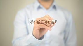 Smartphone, scrittura dell'uomo sullo schermo trasparente Fotografie Stock