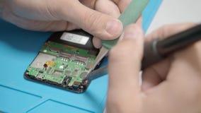 Smartphone se réunissant dans l'atelier de réparations clips vidéos