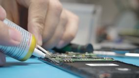 Smartphone se réunissant dans l'atelier de réparations banque de vidéos