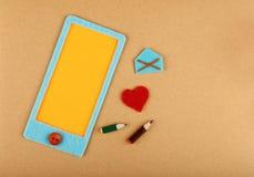 Smartphone sentido do ofício com coração sobre o papel marrom foto de stock