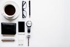 Smartphone, sigaretta elettronica e vista superiore degli accessori del ` s degli uomini fotografia stock
