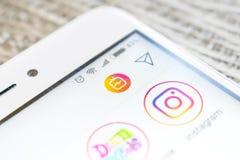 Smartphone skärm med logoen av IGTV-instagramslutet upp Nytt IGTV-alternativ i instagram app arkivbild