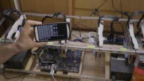 Smartphone-software voor de installatie wordt van mijnbouwcryptocurrency door handelaar wordt gehouden gebruikt die - stock videobeelden