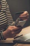 Smartphone som direktanslutet shoppar från kontor Royaltyfri Bild