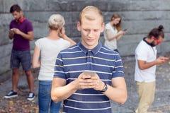 Smartphone som en meddelare fotografering för bildbyråer