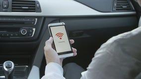 Smartphone som förbinder till WiFi arkivfilmer