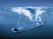 Smartphone som kastas in i vatten Arkivbild
