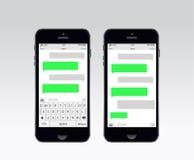 Smartphone som pratar smsmallbubblor Arkivbild