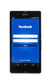 Smartphone Sony Xperia Z en facebook pagina op wit wordt geïsoleerd dat Royalty-vrije Stock Afbeelding