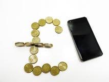 Smartphone sopra con alcune monete Fotografia Stock Libera da Diritti