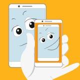 Smartphone sorridente che prende auto-istantanea Fotografie Stock Libere da Diritti
