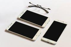 Smartphone-spot omhoog voor presentatie op modern bureau Royalty-vrije Stock Afbeeldingen