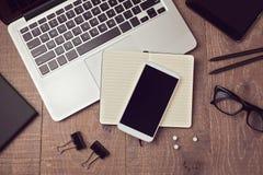 Smartphone-Spott herauf Schablone auf Büroplattform Ansicht von oben lizenzfreie stockbilder