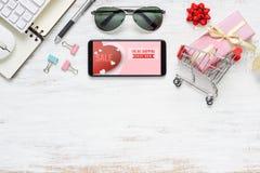 Smartphone-Spott herauf Schablone für Internet-on-line-Einkaufskonzept Ebene gelegte Draufsicht mit Herzformen, Geschenkboxen, Ta lizenzfreie stockbilder