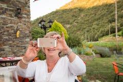 smartphone starsza kobieta Obraz Royalty Free