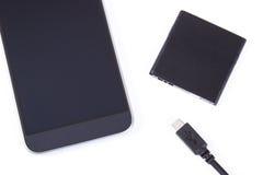 Smartphone, Stecker des Ladegeräts und der Telefonbatterie auf weißem Hintergrund Lizenzfreie Stockbilder