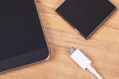 Smartphone, Stecker des Ladegeräts und der Telefonbatterie, Telefonaufladung Lizenzfreie Stockfotos