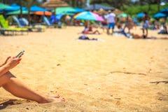 Smartphone strandkvinna Royaltyfria Foton