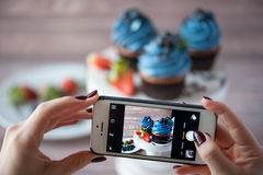 Smartphone strzelał karmową fotografię - deser z jagodami Obrazy Royalty Free
