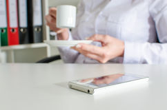 Smartphone su una tavola durante la pausa Fotografia Stock