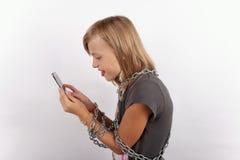 Smartphone-Sucht mit Ketten stockfotos