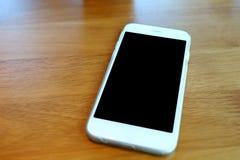 Smartphone sur le bureau en café de café Photo libre de droits